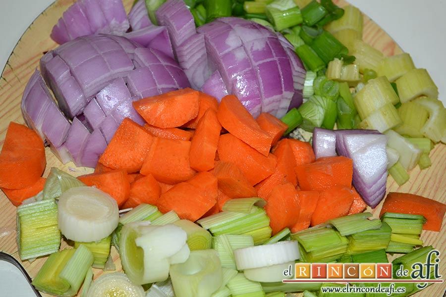 Colita de cuadril en salsa, trocear bien las verduras