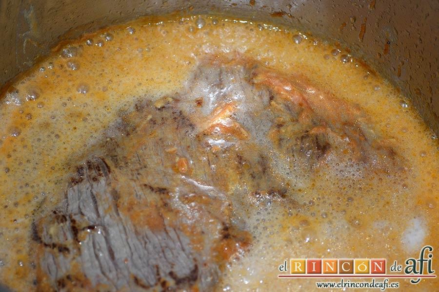 Colita de cuadril en salsa, agregar la cerveza a la olla y dejar que evapore el alcohol