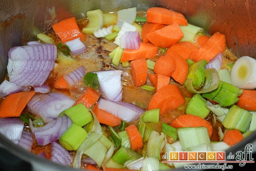 Colita de cuadril en salsa, añadir las verduras