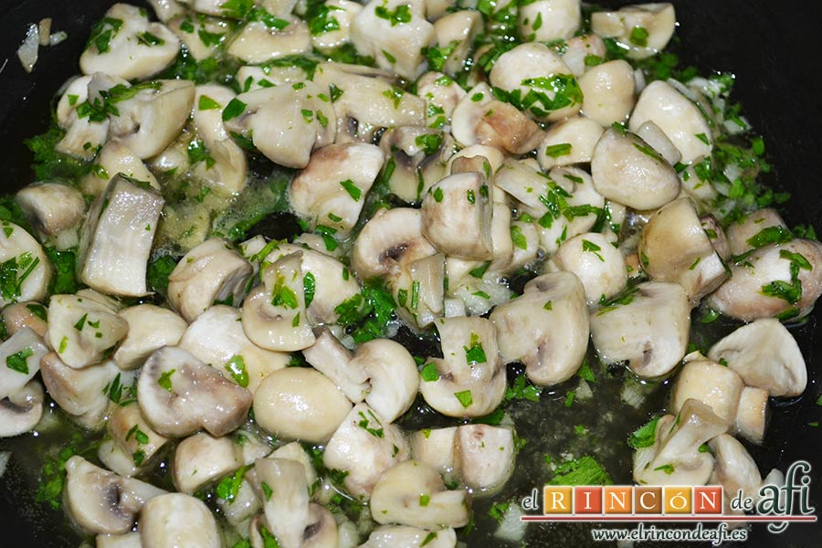 Colita de cuadril en salsa, añadir el perejil picado