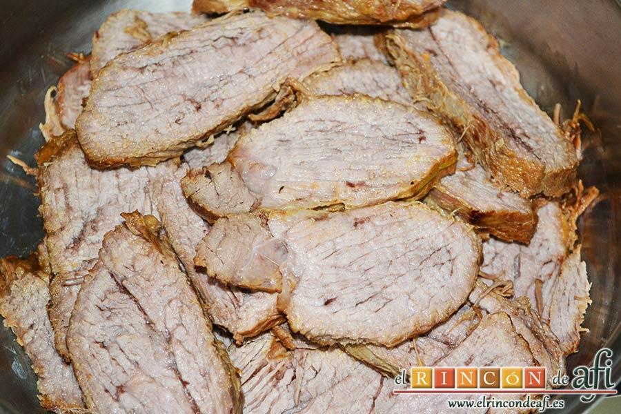 Colita de cuadril en salsa, cuando la carne esté tierna cortarla en rodajas