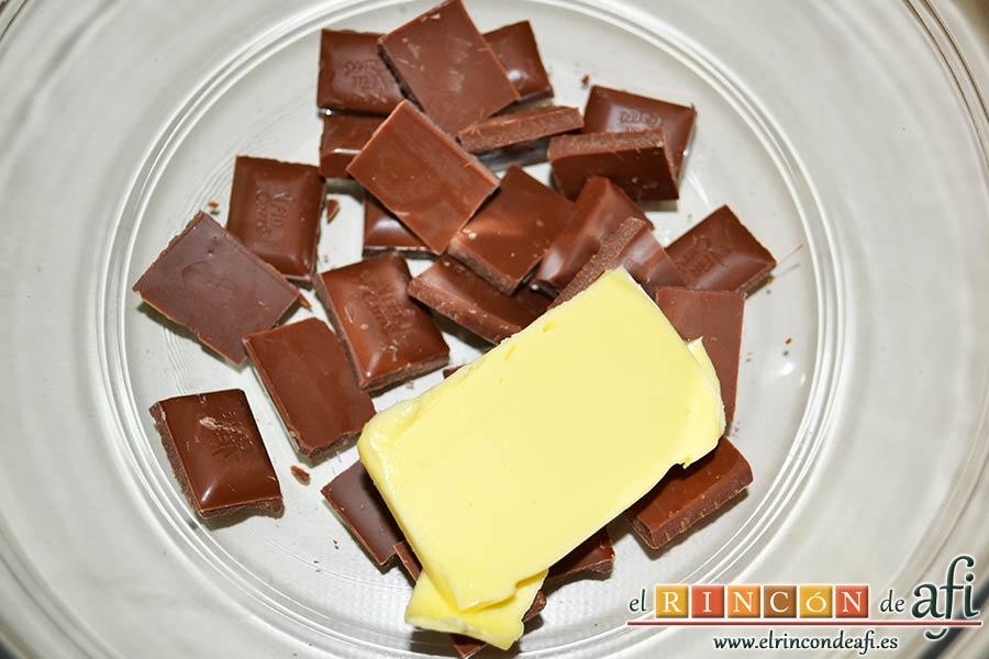 Crujientes de copos de maíz y chocolate, poner en un bol el chocolate troceado con la mantequilla