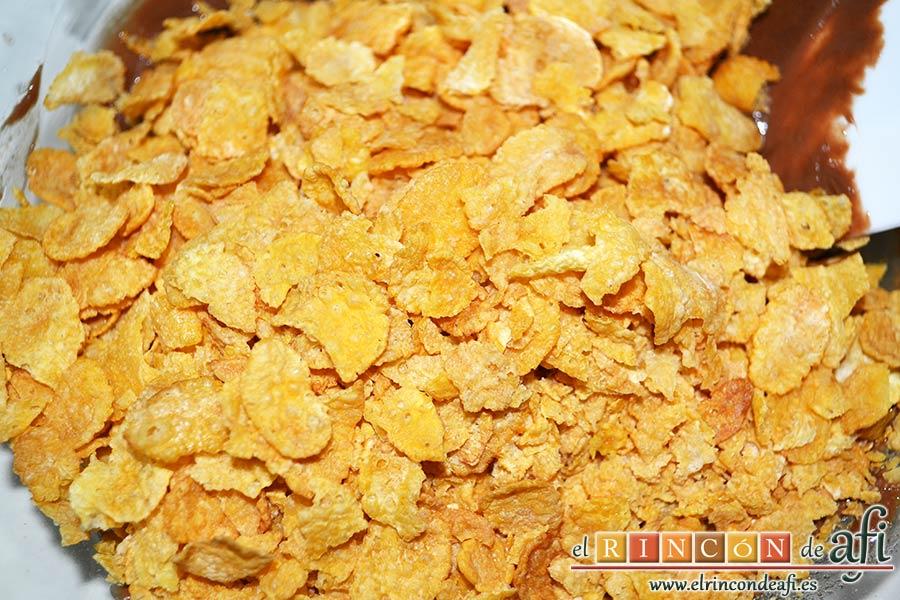 Crujientes de copos de maíz y chocolate, volcar los cereales sobre el chocolate
