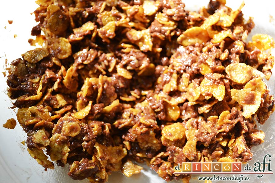 Crujientes de copos de maíz y chocolate, remover muy bien con la espátula