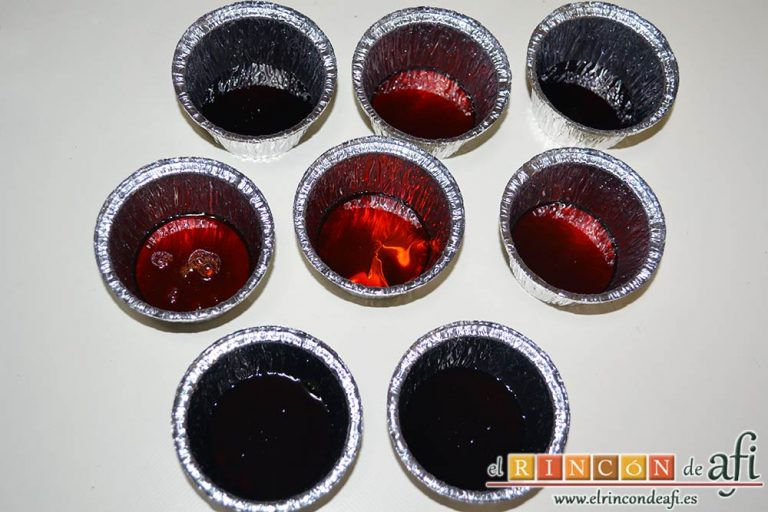 Flan de turrón, poner caramelo líquido en los moldes que se vayan a usar