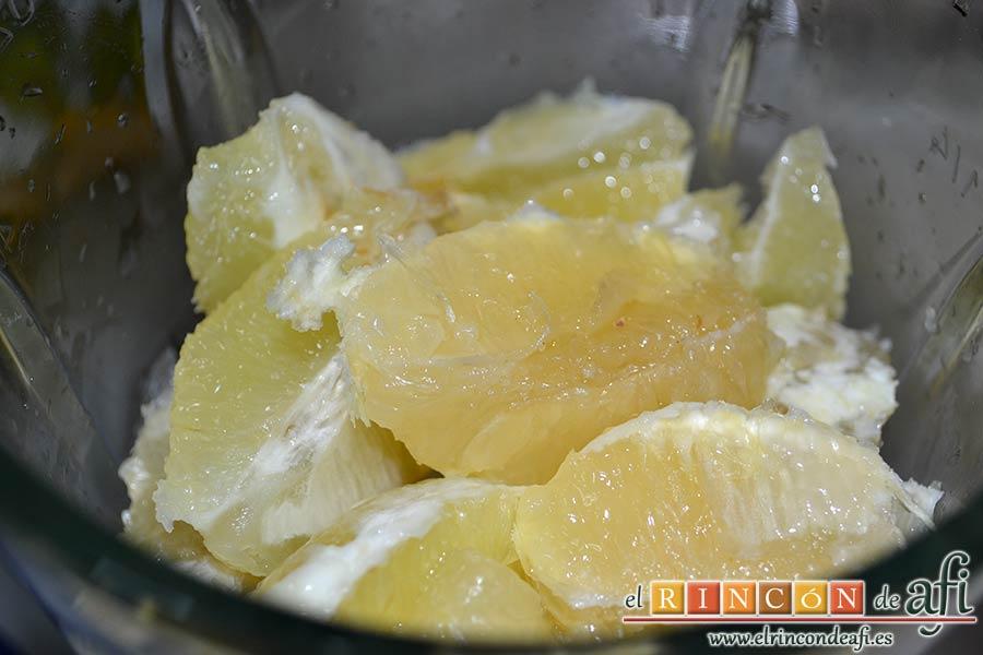 Granizado de limón, meter los limones troceados en un vaso americano