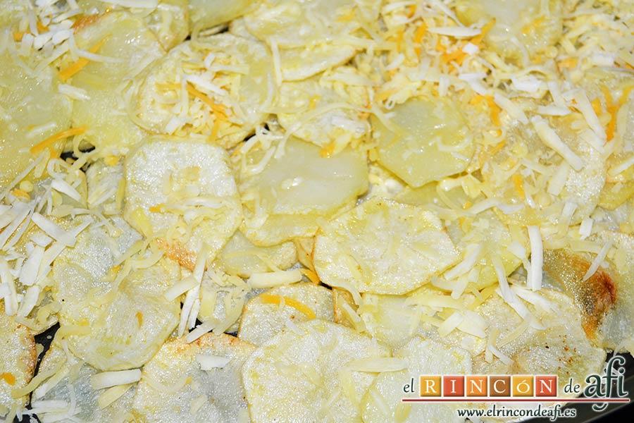 Papas gratinadas con queso y nata, poner las papas en una fuente de horno, añadir un poco de sal y los quesos rallados