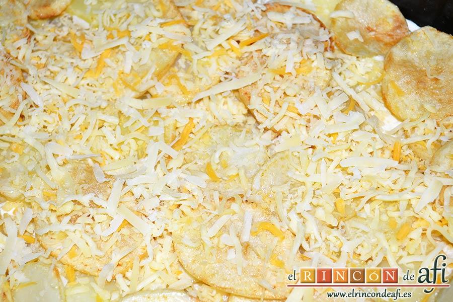 Papas gratinadas con queso y nata, añadir quesos