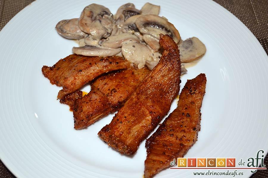 Secreto ibérico marinado con champiñones salteados con mostaza de Dijon y nata