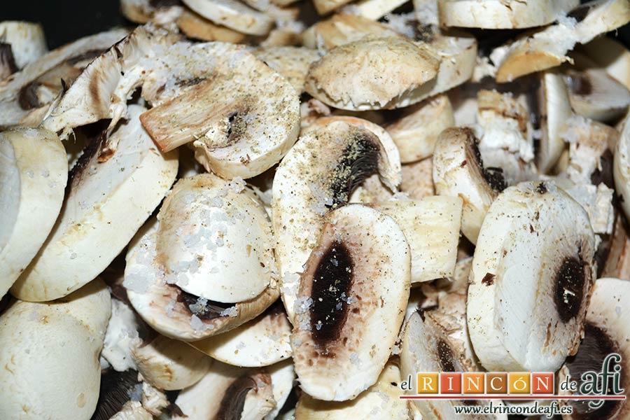 Secreto ibérico marinado con champiñones salteados con mostaza de Dijon y nata, meterlos en la sartén y salpimentar