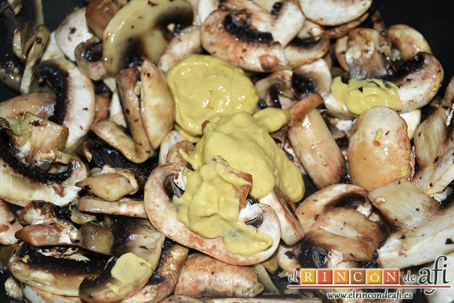 Secreto ibérico marinado con champiñones salteados con mostaza de Dijon y nata, cuando cojan color añadir la mostaza de Dijon