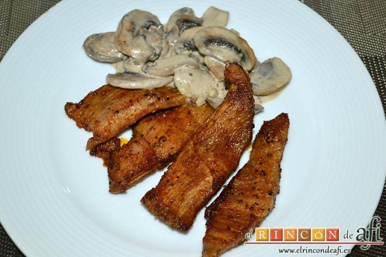 Secreto ibérico marinado con champiñones salteados con mostaza de Dijon y nata, sugerencia de presentación