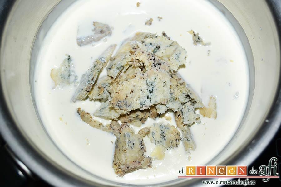 Solomillo de ternera con salsa de Cabrales, calentamos la nata en un calentador y añadimos el queso de Cabrales troceado para que se funda