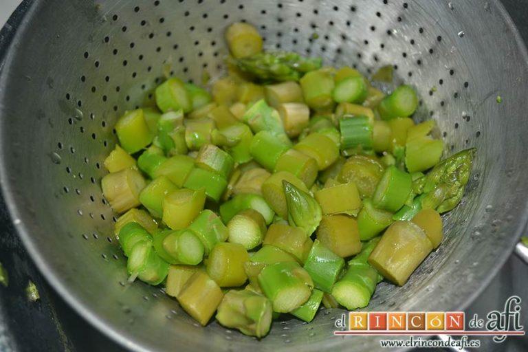 Tartaletas de hojaldre, crema de espárragos y gambas, cuando estén ligeramente tiernos se escurren y reservan