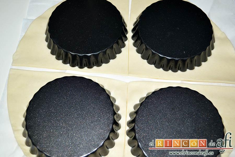 Tartaletas de hojaldre, crema de espárragos y gambas, abrir la masa de hojaldre, cortar en 4 y poner encima los moldes de las tartaletas