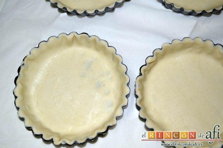 Tartaletas de hojaldre, crema de espárragos y gambas, rellenar los moldes con la masa