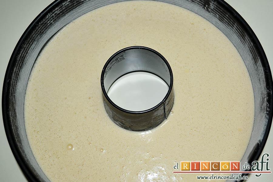 Bizcocho de castañas, encamisar un molde con mantequilla y harina, volcar la mezcla y hornear