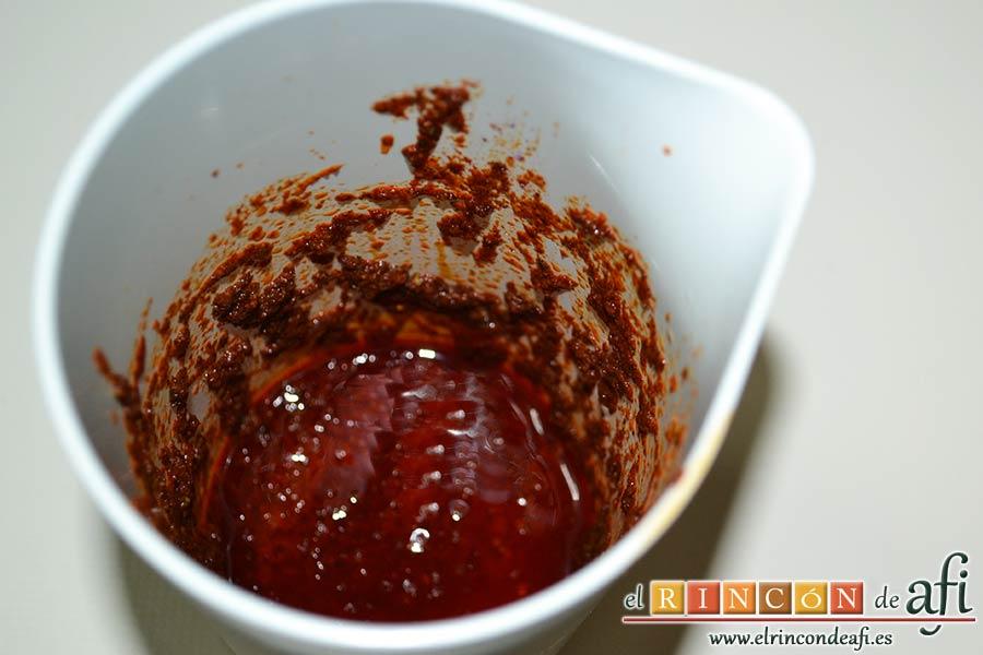 Lomo de cerdo adobado y salsa de mermelada de cerezas, ponerlas en un vaso triturador con el ajo, la sal, el aceite de oliva, el vino y el vinagre y triturar