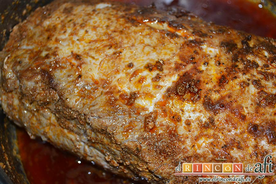 Lomo de cerdo adobado y salsa de mermelada de cerezas, cuando la carne no rezume estará lista