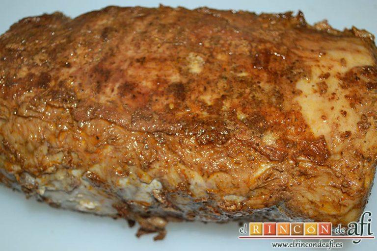Lomo de cerdo adobado y salsa de mermelada de cerezas, sacarla del caldero y dejarla atemperar