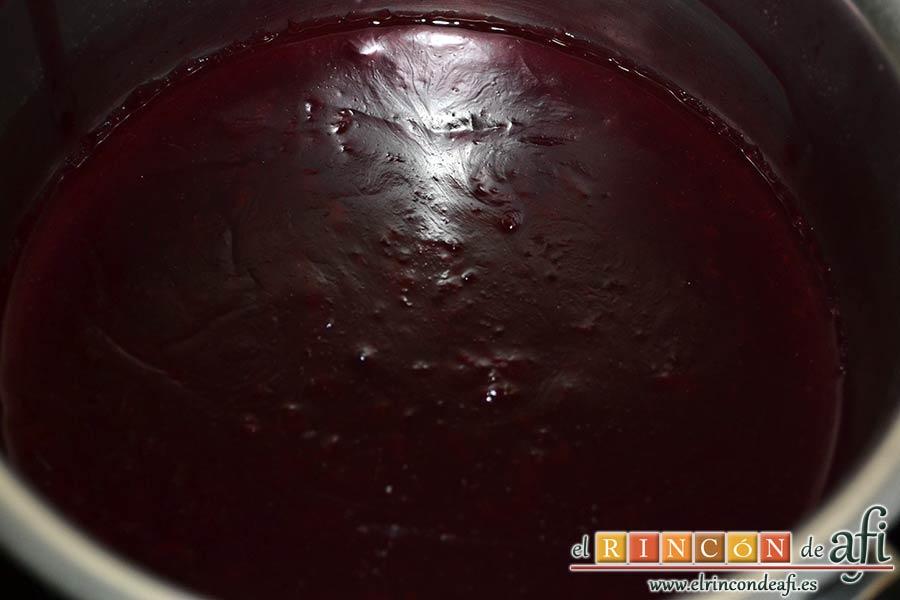 Lomo de cerdo adobado y salsa de mermelada de cerezas, dejamos reducir hasta que quede espesa