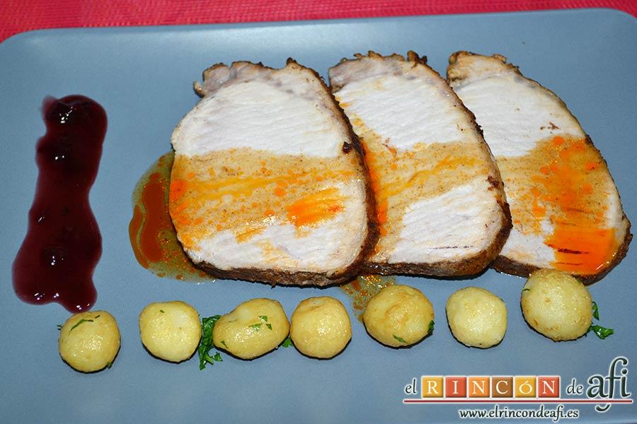 Lomo de cerdo adobado y salsa de mermelada de cerezas, sugerencia de presentación