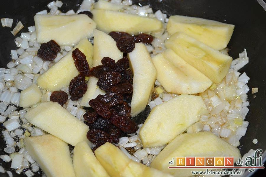 Pato crujiente con chutney de manzanas y pasas, añadir las pasas y las manzanas descorazonadas, troceadas y peladas