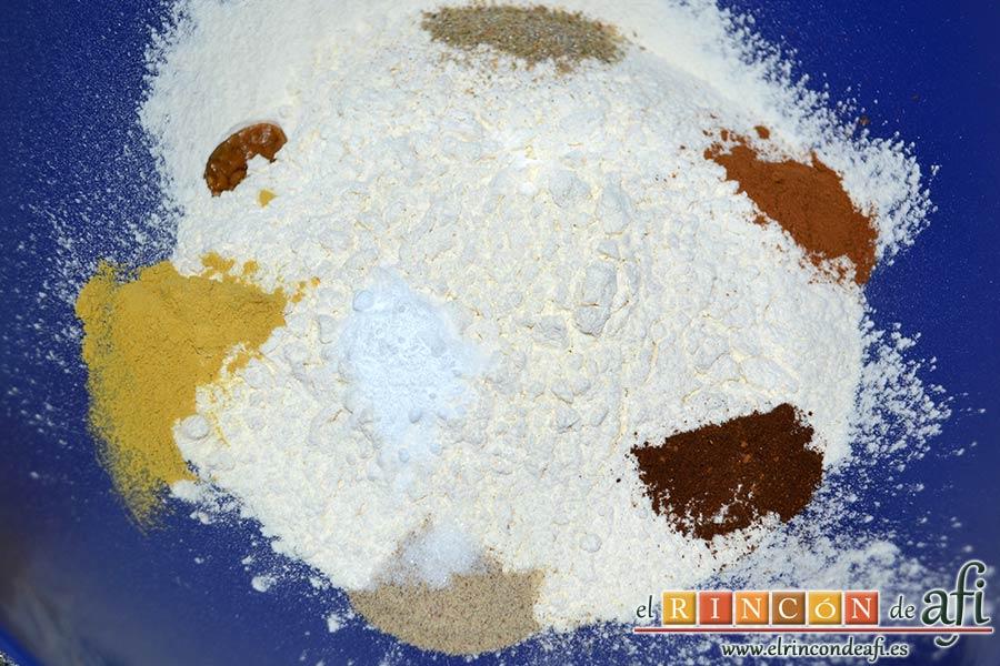 Pebernodder, poner en un bol la harina tamizada con todas las especias, una pizca de bicarbonato y una pizca de sal