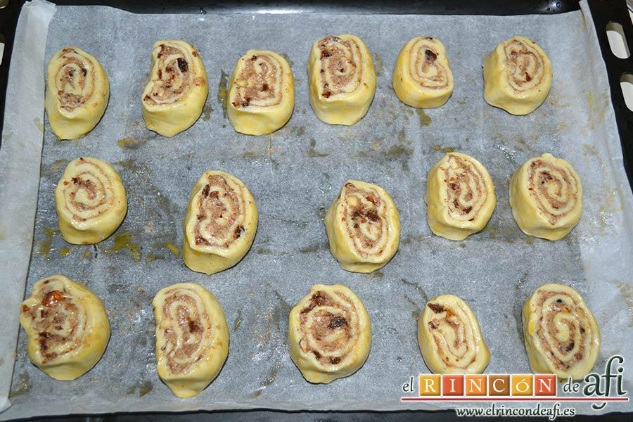 Caracolas de canela, pintar con el huevo batido la parte de abajo y las disponemos en una bandeja para horno con papel de horno