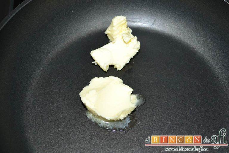 Manzanas y plátanos caramelizados con mostaza antigua y bacon, poner a derretir la mantequilla en una sartén