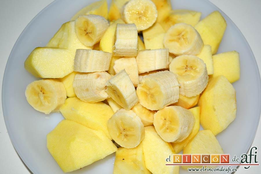 Manzanas y plátanos caramelizados con mostaza antigua y bacon, pelar y trocear las manzanas y los plátanos
