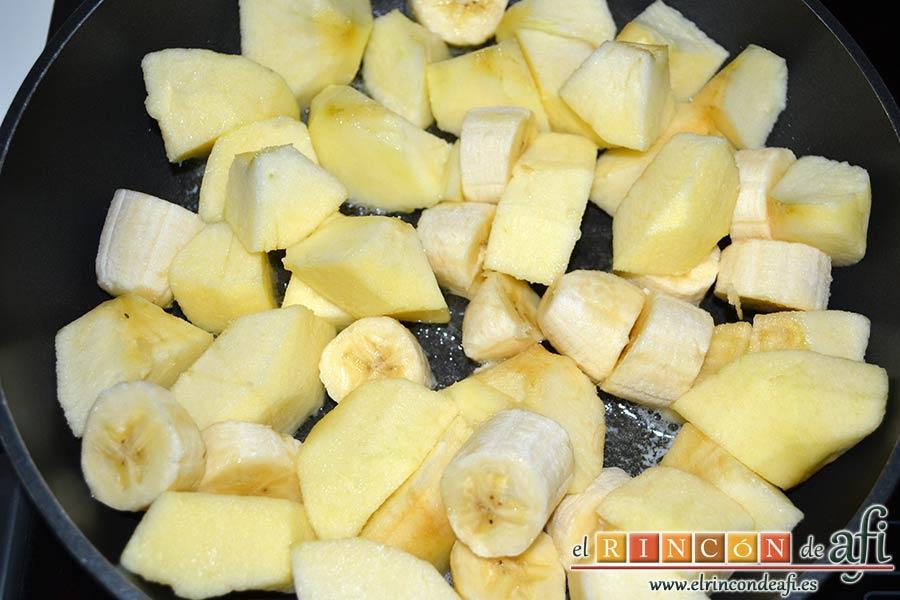 Manzanas y plátanos caramelizados con mostaza antigua y bacon, introducirlos en la sartén
