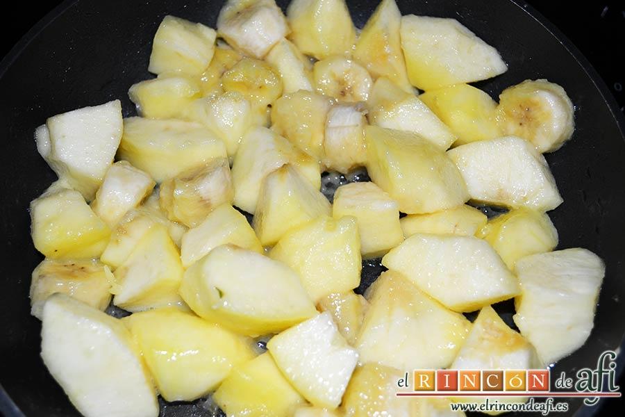 Manzanas y plátanos caramelizados con mostaza antigua y bacon, saltear la fruta con una cuchara de madera