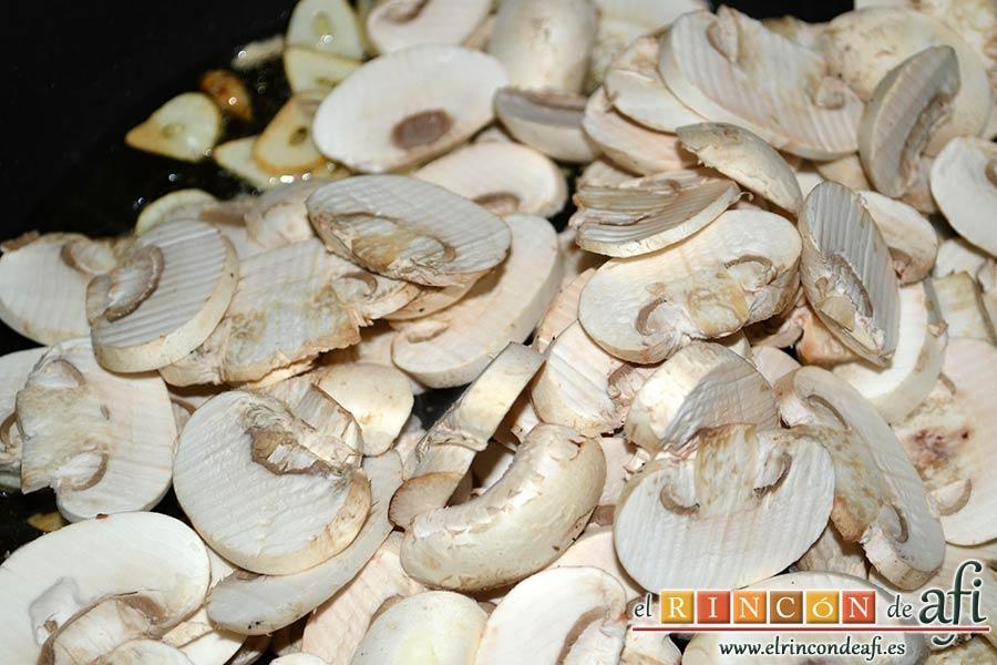 Pasta fresca con champiñones al ajillo, laminar los champiñones, añadirlos a la sartén con una pizca de sal