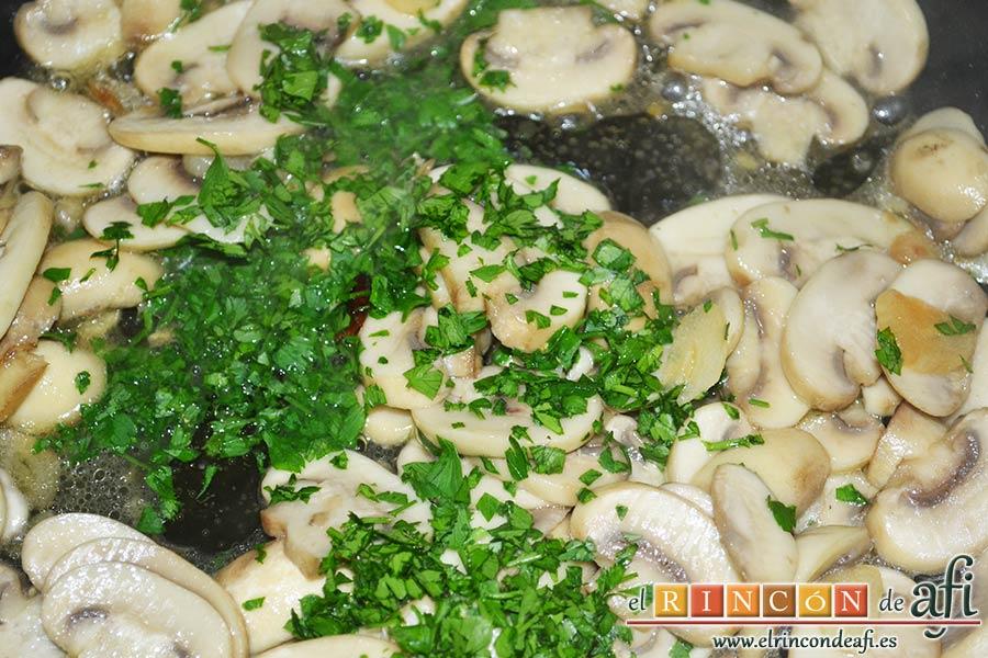 Pasta fresca con champiñones al ajillo, cuando los champiñones estén hechos, añadir un poco de perejil crudo picado