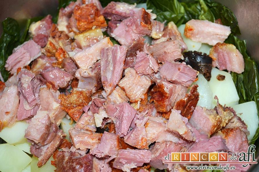 Pote asturiano, cortarlas en trocitos de bocado y volcarlas sobre las papas y las berzas