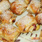 Rollitos de hojaldre rellenos de crema de pimientos y salchichas frescas