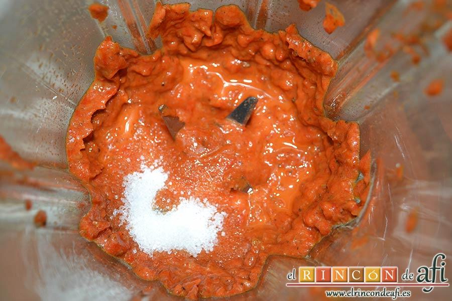 Rollitos de hojaldre rellenos de crema de pimientos y salchichas frescas, triturar bien hasta formar una pasta y añadir un poco de azúcar si la notamos ácida