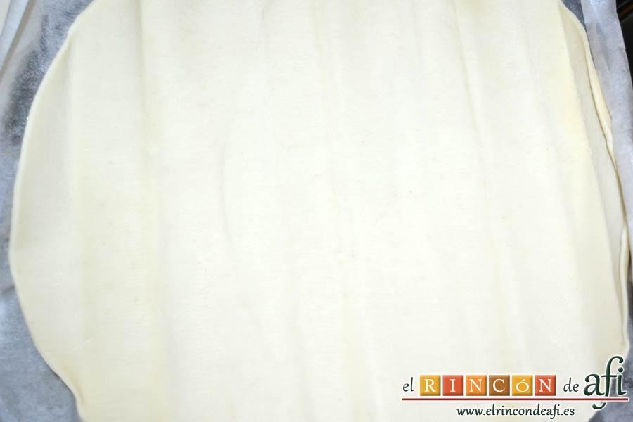 Rollitos de hojaldre rellenos de crema de pimientos y salchichas frescas, desenrollar la masa de hojaldre