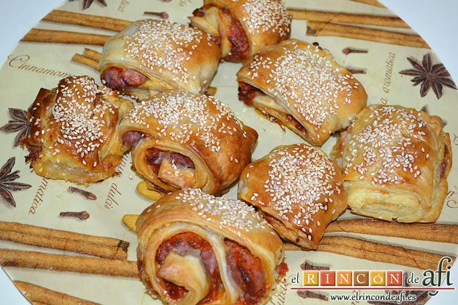 Rollitos de hojaldre rellenos de crema de pimientos y salchichas frescas, sugerencia de presentación