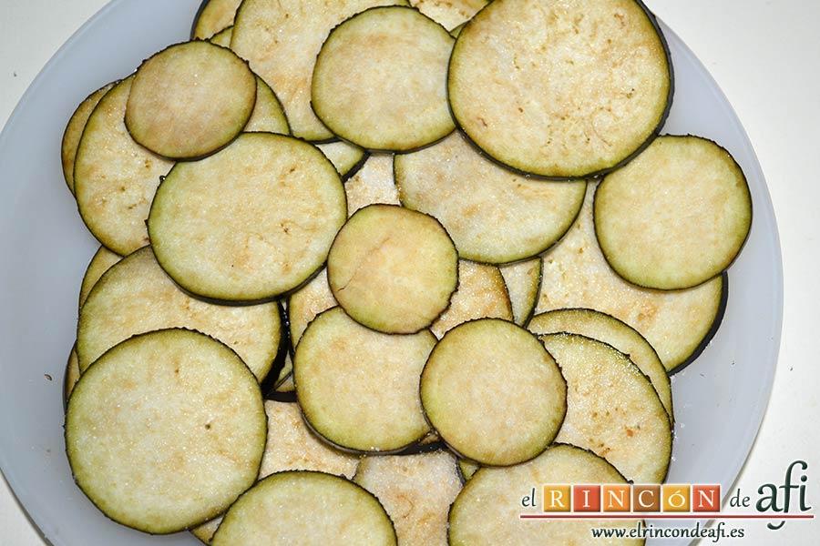 Tian provenzal de calabacín, berenjena, tomates y cebolla, cortar las berenjenas en láminas con una mandolina
