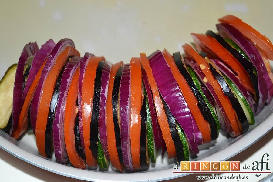 Tian provenzal de calabacín, berenjena, tomates y cebolla, colocar las rodajas de verdura intercalándolas