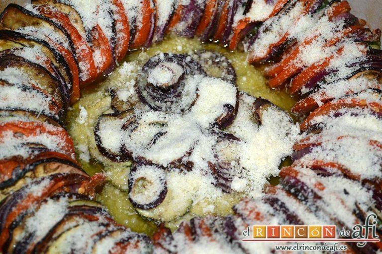Tian provenzal de calabacín, berenjena, tomates y cebolla, tras hornear, espolvorear de queso rallado y gratinar