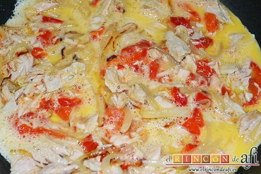 Tortilla de atún, dejar atemperar y volcar los huevos