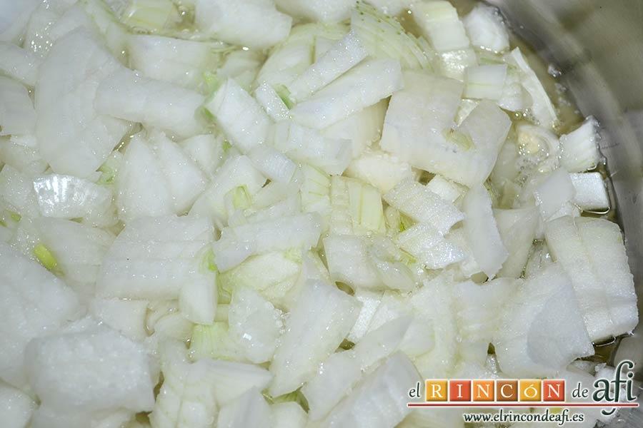 Calamares encebollados, picar las cebollas y ponerlas a pochar con aceite de oliva