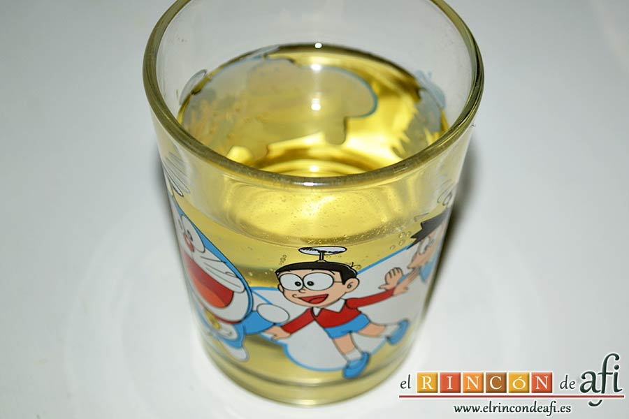 Calamares encebollados, preparar el vaso de vino blanco