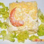 Ensaladilla con langostinos, cangrejo ruso, papas y huevos