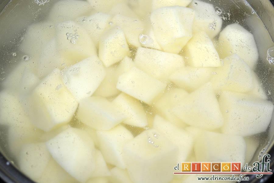 Ensaladilla con langostinos, cangrejo ruso, papas y huevos, sancochar las papas con agua y sal
