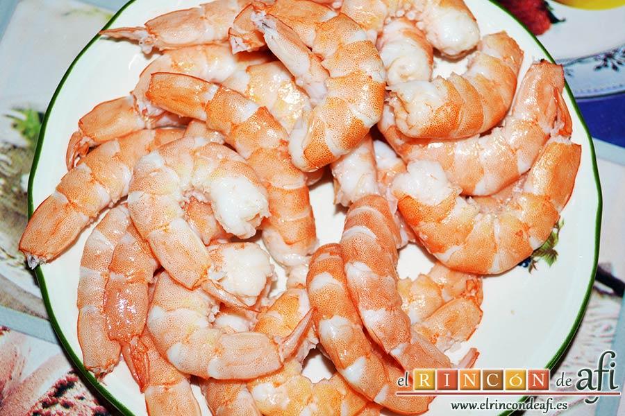 Ensaladilla con langostinos, cangrejo ruso, papas y huevos, sancochar los langostinos quitándoles las carcasas y las cabezas