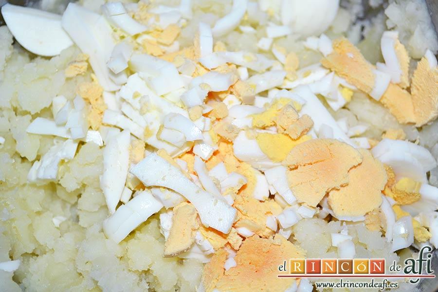 Ensaladilla con langostinos, cangrejo ruso, papas y huevos, añadir tres de los cuatro huevos troceados
